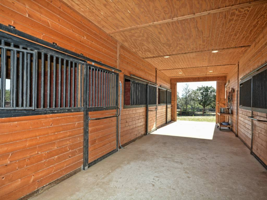 16 9 Acres First Class Barn With Living Quarters 3